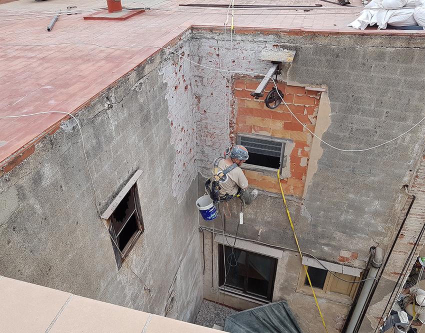 Trabajos en fachada trasera de edificio reus